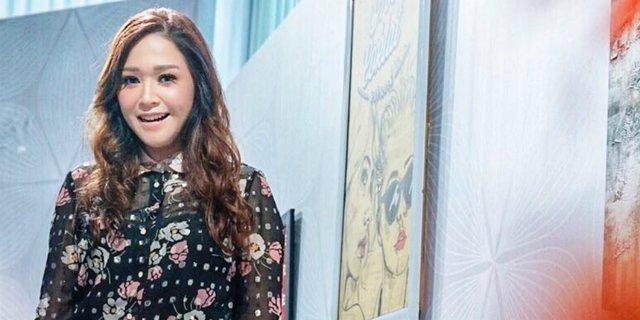 """Bahagia Jadi Istri, """"Maia Estianty"""" Ubah Penampilan Potong Rambut Pendek, Netizen : Bunda Mirip Orang Jepang!"""